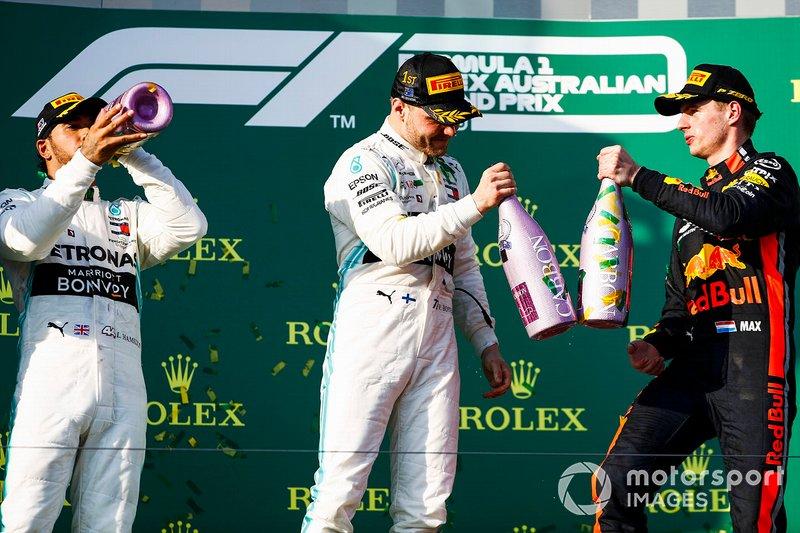 Lewis Hamilton, Mercedes AMG F1, secondo, Valtteri Bottas, Mercedes AMG F1, vincitore, e Max Verstappen, Red Bull Racing, terzo, festeggiano con lo champagne sul podio