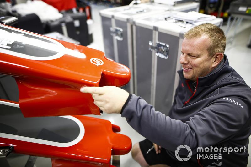Un membre de Haas travaille sur le museau d'une Haas VF-18