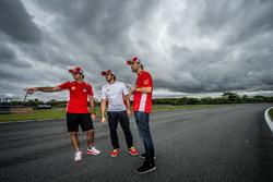 Átila Abreu e Nelsinho Piquet verificam a pista com Rodolpho Mattheis