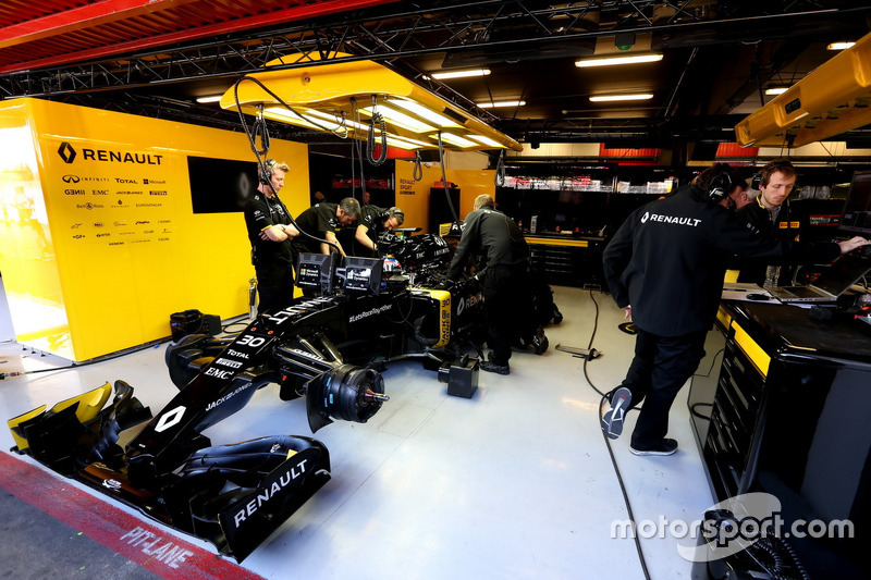 Jolyon Palmer, Renault Sport F1 Team and Julien Simon-Chautemps, Renault Sport F1 Team
