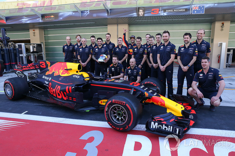 Daniel Ricciardo, Red Bull Racing and engineers at the Red Bull Racing team photo