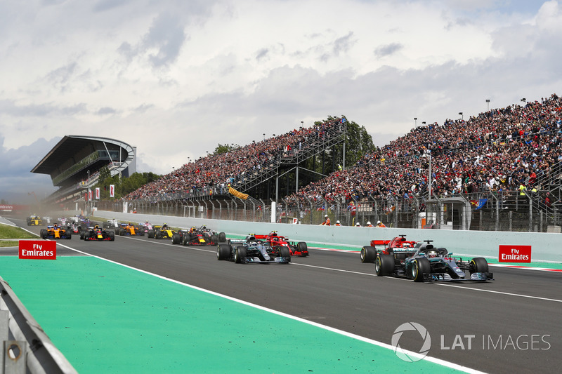 Start: Lewis Hamilton, Mercedes AMG F1 W09, leads Sebastian Vettel, Ferrari SF71H, Valtteri Bottas, Mercedes AMG F1 W09, Kimi Raikkonen, Ferrari SF71H, Max Verstappen, Red Bull Racing RB14 and the rest of the pack