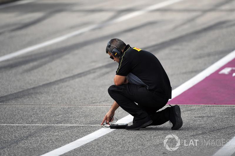 Ingeniero de Pirelli comprueba la temperatura de la pista