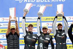 Podium GTE: vainqueurs #88 PROTON Competition Porsche 911 RSR: Gianluca Roda, Giorgio Roda, Matteo Cairoli