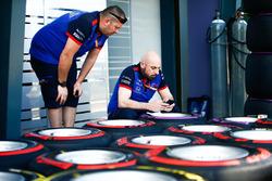 Degli ingegneri della Scuderia Toro Rosso etichettano degli pneumatici Pirelli soft e supersoft tyres in pitlane