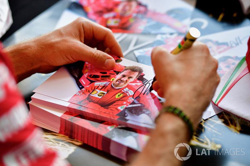 Sebastian Vettel, Ferrari en la sesión de autógrafos