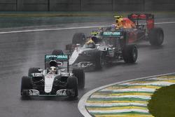 Lewis Hamilton, Mercedes F1 W07 Hybrid, Nico Rosberg, Mercedes F1 W07 Hybrid, Max Verstappen, Red Bull Racing RB12