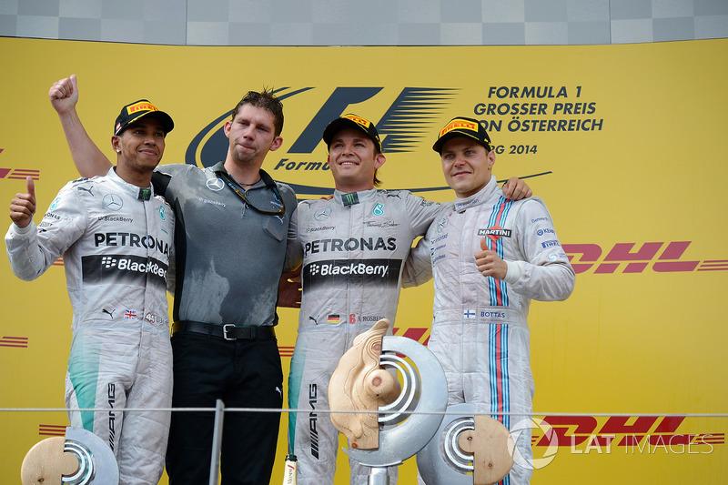 Lewis Hamilton, Mercedes AMG F1, James Vowles, Chief Strategist Mercedes AMG F1, il vincitore della gara Nico Rosberg, Mercedes AMG F1 e Valtteri Bottas, Williams festeggiano sul podio