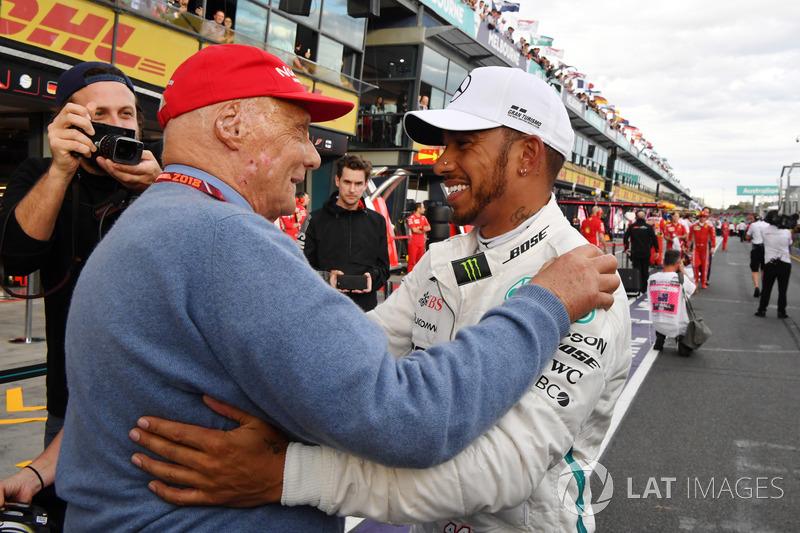 Ganador de la pole Lewis Hamilton, Mercedes-AMG F1 celebra en el parque cerrado con Niki Lauda, presidente no ejecutivo de Mercedes AMG F1