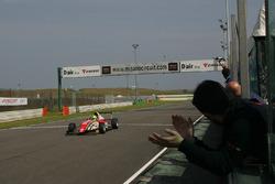 Mick Schumacher taglia per primo il traguardo