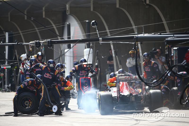 Carlos Sainz Jr., Scuderia Toro Rosso STR11 pit stop