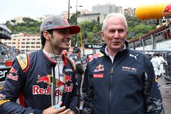 Carlos Sainz Jr., Scuderia Toro Rosso habla con el Dr. Helmut Marko, Red Bull Racing equipo consulto