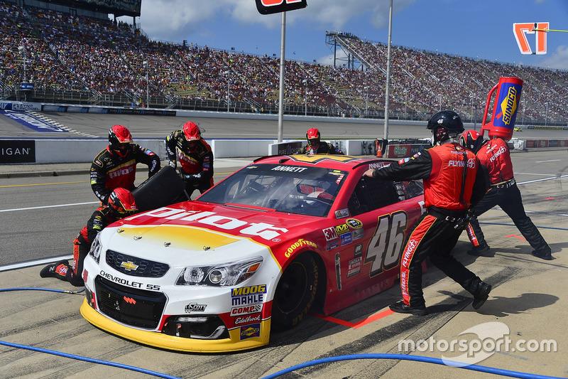 Michael Annett, HScott Motorsports Chevrolet, pit action