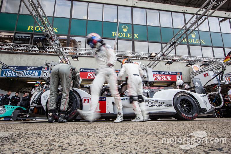 Тренування піт-стопів #1 Porsche Team Porsche 919 Hybrid: ТІмо Бернхард, Марк Веббер та Брендон Хартлі