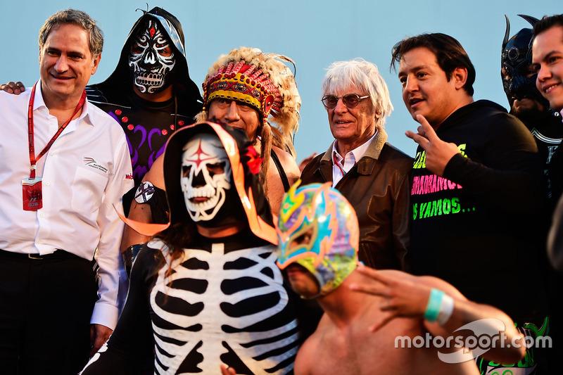 بيرني إكليستون ومصارع مكسيكي