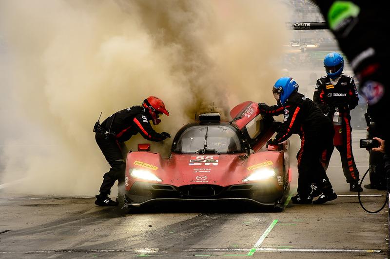 #55 Mazda Motorsports Mazda DPi: Jonathan Bomarito, Tristan Nunez, Spencer Pigot, staat in brand in de pitstraat
