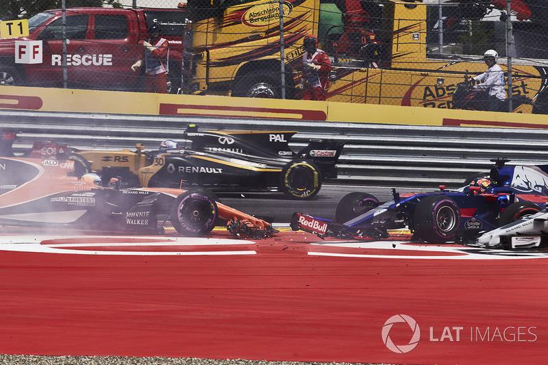 Kollision: Daniil Kvyat, Scuderia Toro Rosso STR12, Fernando Alonso, McLaren MCL32, Max Verstappen,