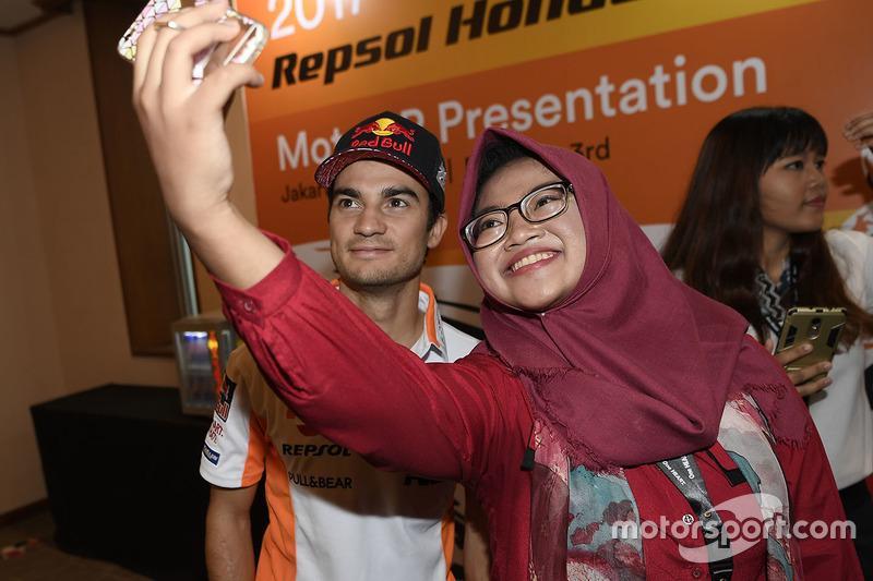 Dani Pedrosa, Repsol Honda Team, con i fan