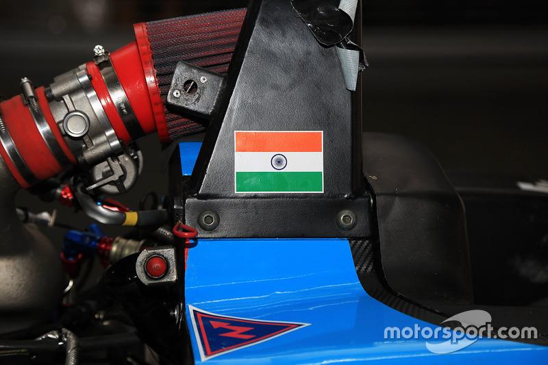 Detalle de coche reto MRF con la bandera de India