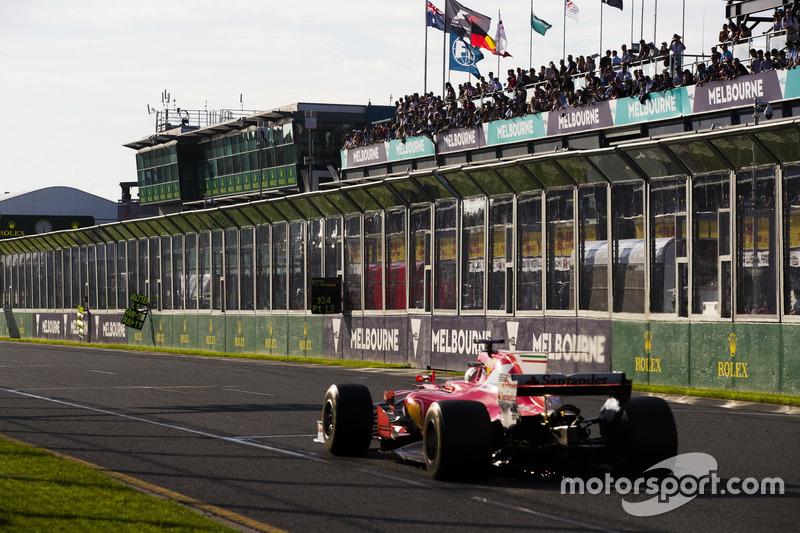 Sebastian Vettel, Ferrari SF70H, pasa su letrero