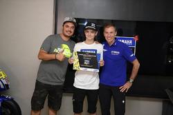 Lin Jarvis, directeur général Yamaha Factory Racing, et Alessio Salucci, directeur de la VR46 Riders Academy, avec un participant au 4e Yamaha VR46 Master Camp