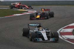 Lewis Hamilton, Mercedes AMG F1 W08, Daniel Ricciardo, Red Bull Racing RB13 y Kimi Raikkonen, Ferrari SF70H