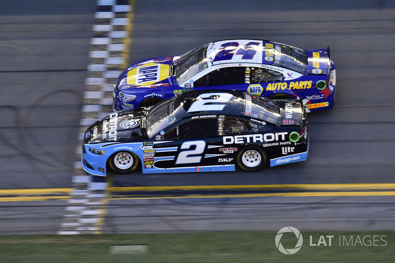 Brad Keselowski, Team Penske Ford, Chase Elliott, Hendrick Motorsports Chevrolet