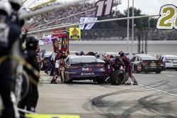 Denny Hamlin, Joe Gibbs Racing Toyota, pit stop
