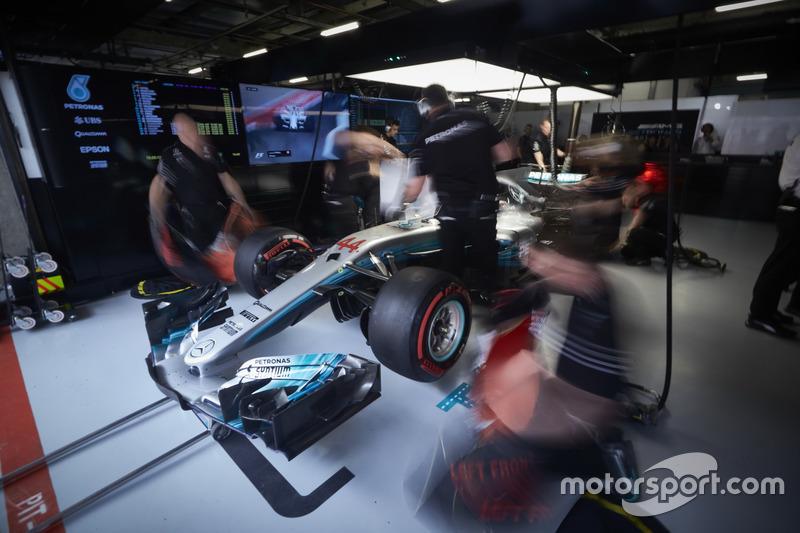 Ingegneri Mercedes lavorano sulla monoposto di Lewis Hamilton, Mercedes AMG F1 W08, nel garage