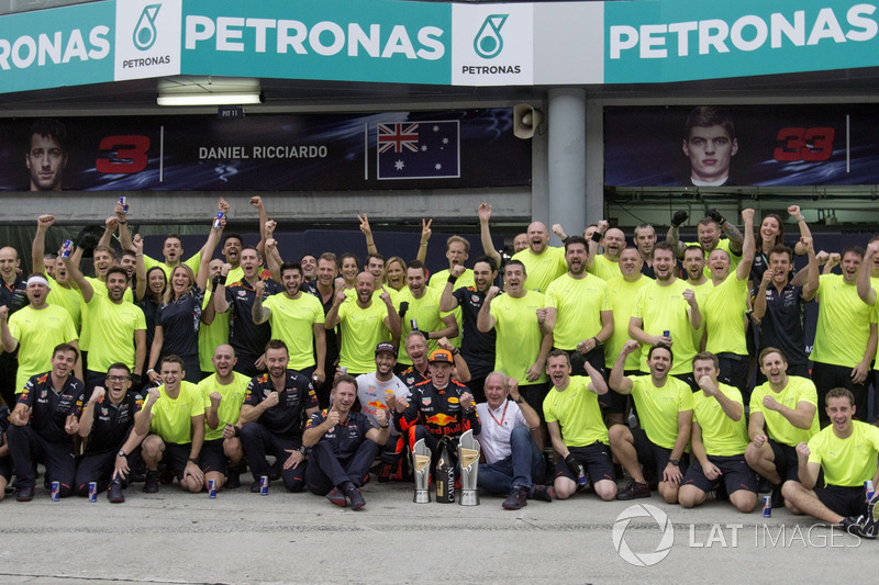 Race winner Max Verstappen, Red Bull Racing with Christian Horner, Red Bull Racing Team Principal, Dr. Helmut Marko, Red Bull Motorsport Consultant, Daniel Ricciardo, Red Bull Racing and the team