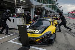 Pit stop, #9 K-PAX Racing, McLaren 650 S GT3: Alvaro Parente, Shane Van Gisbergen, Come Ledogar