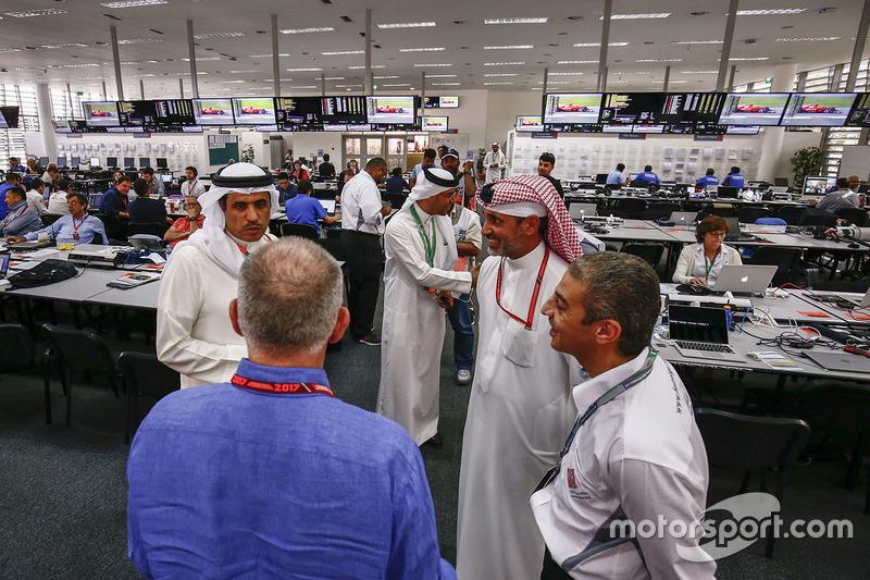 O dia começou com as autoridades do Bahrein visitando os jornalistas no Centro de Imprensa