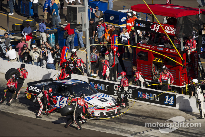 Stewart gets top-20 finish in raucous Phoenix 500