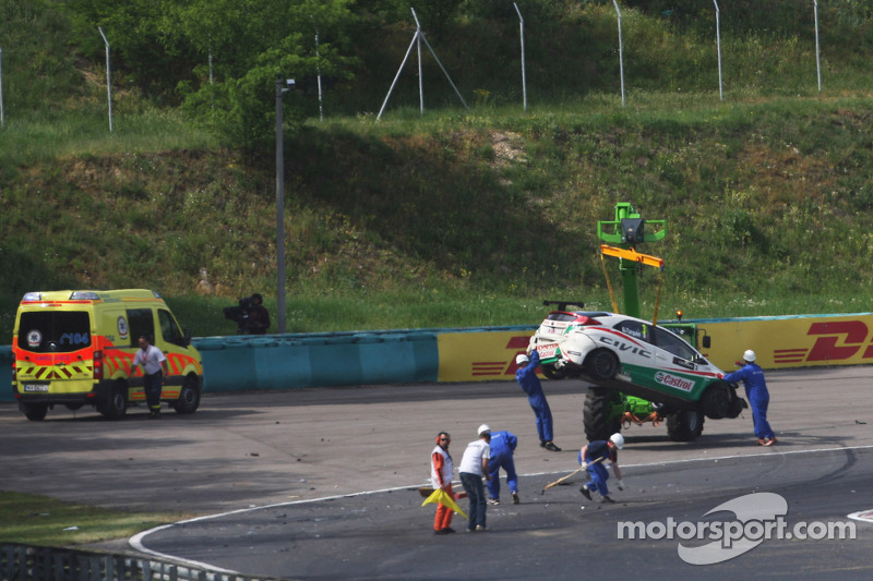 Tarquini up and active after heavy crash in race 2 at the Hungaroring