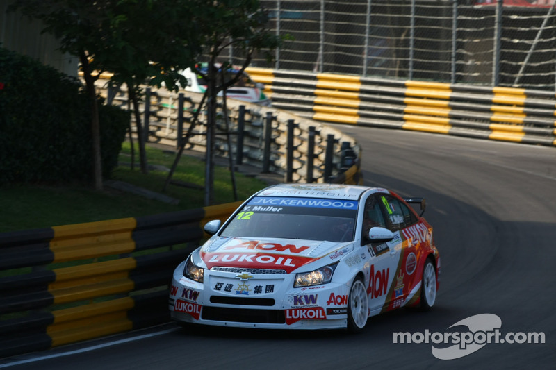 Muller takes win in frenetic season finale at Macau