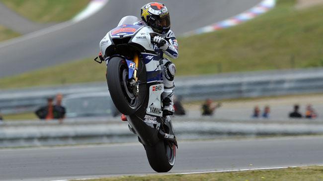 Pedrosa cade e Lorenzo gli soffia la pole a Brno