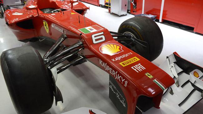 La Ferrari in India con la bandiera della Marina Militare