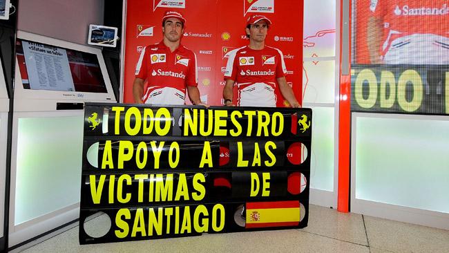 Alonso con il lutto al braccio per le vittime di Santiago