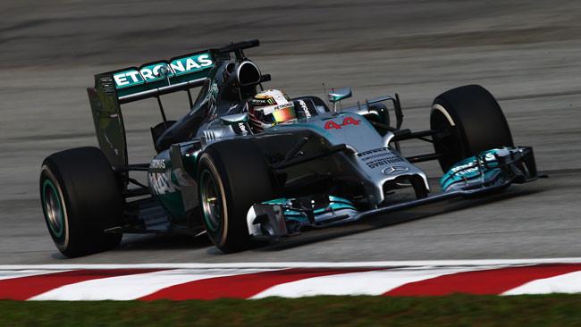 Hamilton domina a Sepang con la Mercedes
