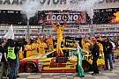 Joey Logano trionfa in volata al Texas Speedway