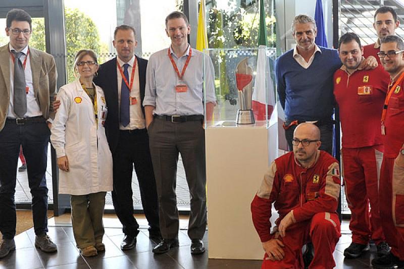Il trofeo di Sepang esposto alla mensa Ferrari