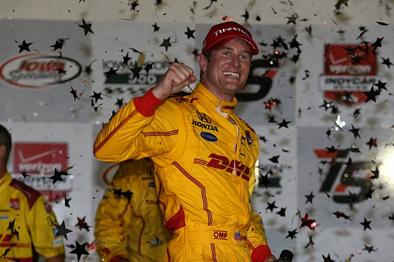 Hunter-Reay prevails in wild 300-lapper at Iowa