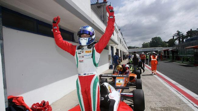 Ralf Aron si impone con autorità in gara 1 a Vallelunga