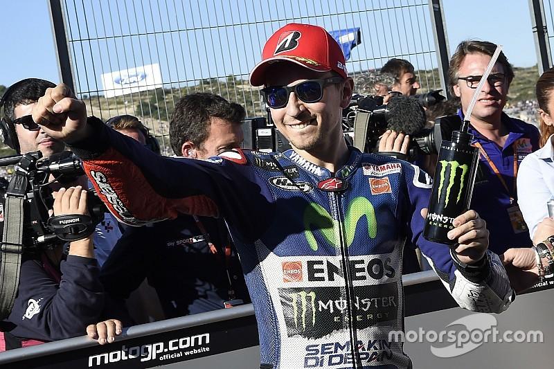 Lorenzo se lleva la pole en Valencia y Rossi se cae