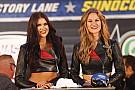 Grid girls agitam corridas da NASCAR e da Fórmula E