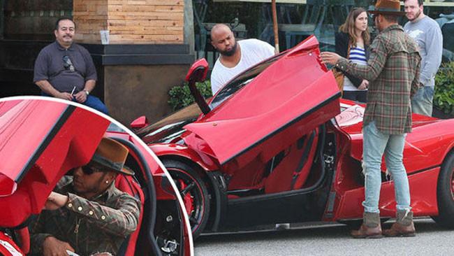 Lewis con LaFerrari. Mercedes come la prenderà?