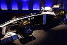 Williams FW34'ün örtüsünü pit alanında indirecek