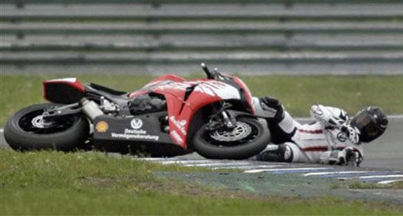 Schumacher motosikletten düştü