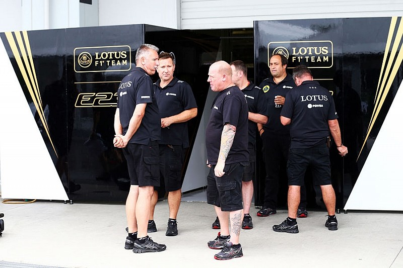 Співробітники і пілоти Lotus годуються у інших команд