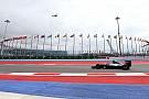 Hamilton lidera una segunda práctica con preocupación en Ferrari